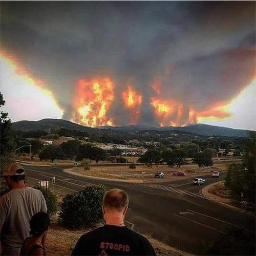 カリフォルニア州クリアレイク近郊の山火事の遠景Dju4UoiWsAAr6WG