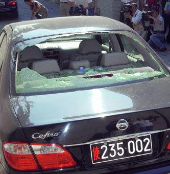 北京の日本大使館で公開された後部ガラスが割られた駐中国公使の公用車(共同)
