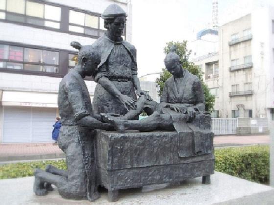 西洋医術発祥記念像(大分県大分市)。中央がルイス・デ・アルメイダイエズス会のルイス・デ・アルメイダは日本に火薬を売り込み、 交換に日本女性を奴隷船に連れこんで海外で売りさばいたボスの中のボスだった。。