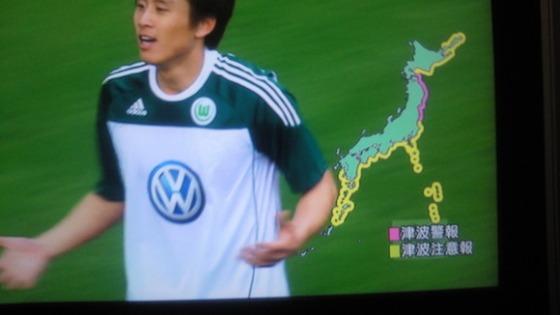 ドイツでプレイする日本代表の長谷部選手のチームメイトも、相手チームの選手も、審判も、喪章をつけてプレーする中で、チームメイトの韓国人ク・ジャチョルは喪章を付けず