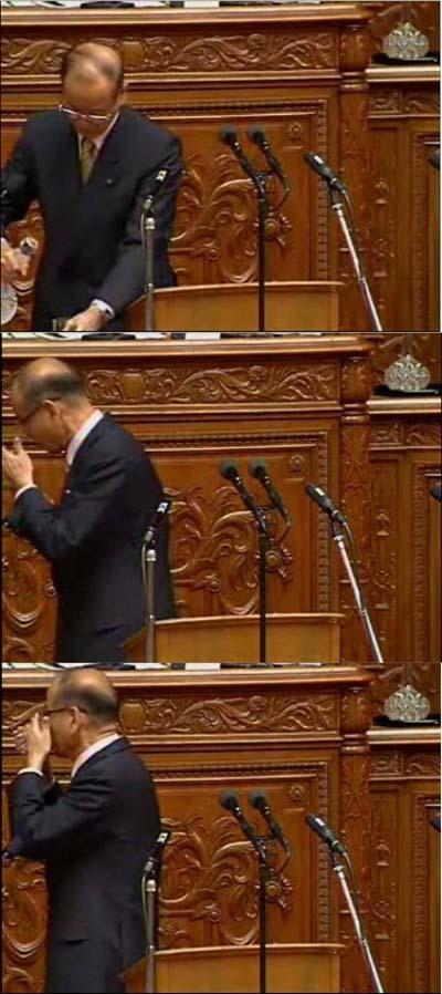 国会で朝鮮飲み、朝鮮式の水の飲み方をする鈴木克昌議員