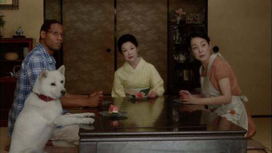 朝鮮企業ソフトバンクCM「おじいちゃん現る」篇(左側の犬が『白戸次郎』で、右端が妻の『白戸マサコ』)