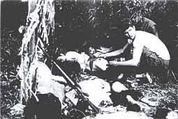 犠牲者を収容するアメリカ海兵隊員(J・ボーンアメリカ海兵隊伍長撮影撮影)