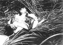 両胸をえぐり取られた上に銃撃を加えられて瀕死の21歳の女。写真撮影後に病院に徹送されたが「お母さん、お母さん…」と母を呼びながら妹達の前で息絶えた(J・ボーンアメリカ海兵隊伍長撮影