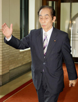 平成24年(2012年)2月23日、民主党幹事長の輿石東がテレビ局の記者たちを恫喝!