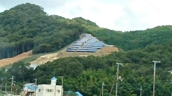 山の斜面などに設置されたソーラーパネルが地震や大雨で土砂崩れを惹き起こすことは時間の問題だ!