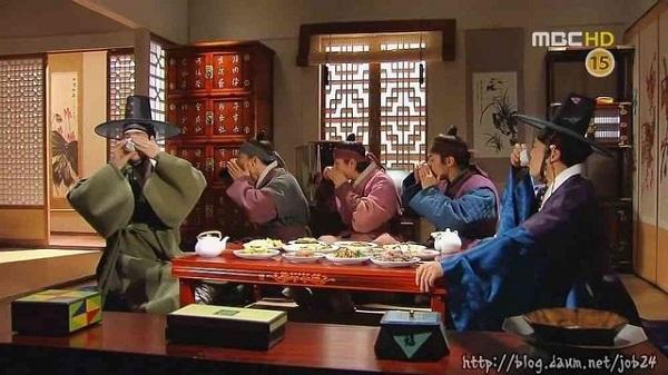 韓国時代劇のシーン、5人中4人が朝鮮飲み