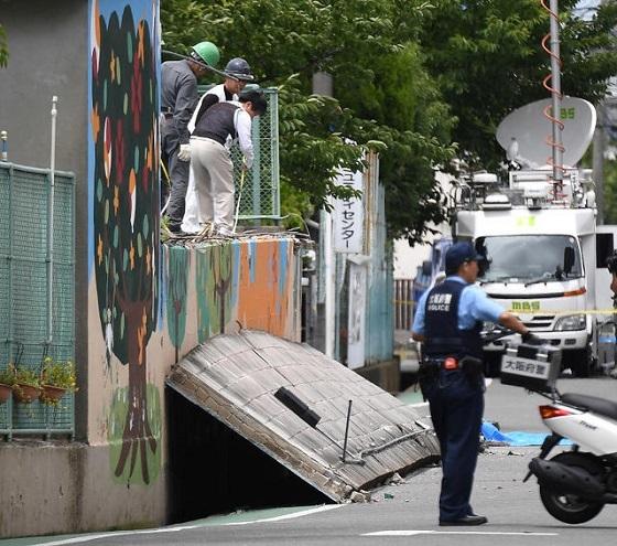 <大阪震度6弱>高槻市長が謝罪 倒壊した塀、基準満たさず