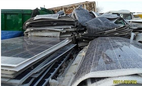 ソーラーパネルには、ヒ素、鉛、カドミウム、インジウムなどの有害物質が含まれている。(画像:ブログ「風の谷」)