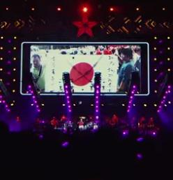 平成25年(2013年)のサザンオールスターズのライブで流したした映像には、日の丸にバッテンや「釣魚島は中國領土」などの映像!