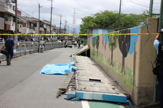 【報道】高槻市内の小学校・中学校の外壁がブロック塀で囲われたところが多く、「地震により倒壊し下敷きになる恐れがある」と、以前から指摘されていた。放置し続けた高槻市長の責任は重大との声が聞かれた。