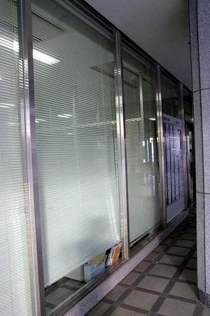 園良太らは、その後も抗議活動を続け、ついには江東区役所のガラスを割った!