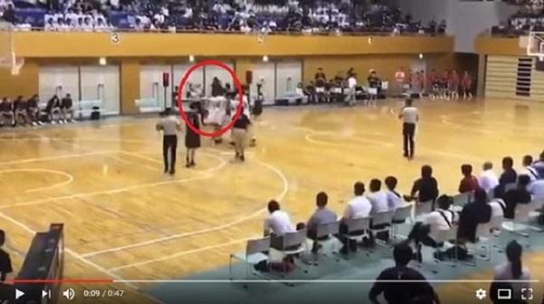【バスケ】延岡学園の留学生選手がキレて審判を殴り倒す