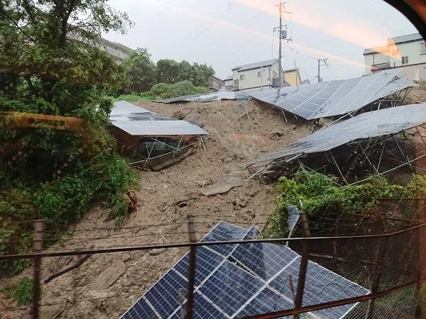 山陽新幹線が野良ソーラーで止まるとは【やっぱりこうなった】画像:斜面に並べられたソーラーパネルが大雨で倒壊し、新幹線も止める壮絶な状態。危険地帯がたくさんある模様