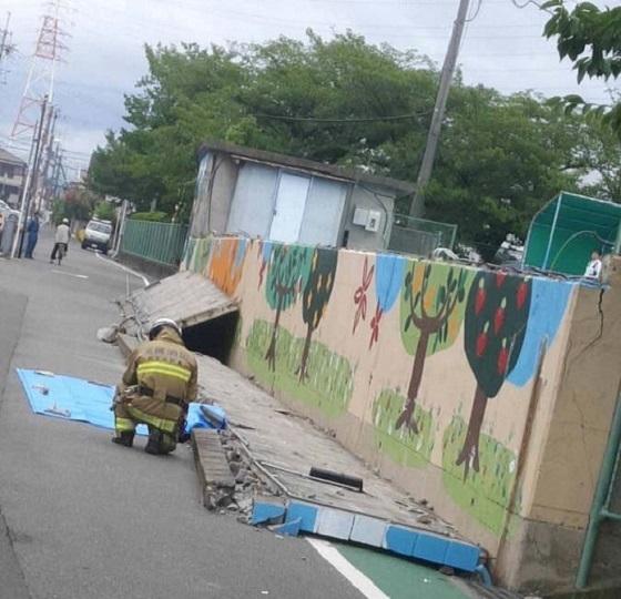 高槻市立「寿栄小学校」は、平成30年6月18日の朝に大阪府で発生した震度6弱の地震で小学校4年生の女の子が死亡した小学校だ。