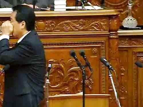 国会で朝鮮飲み、朝鮮式の水の飲み方をする菅直人