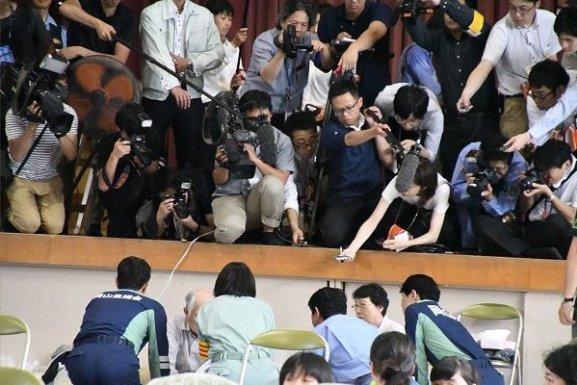【炎上】マスコミのハイエナ記者陣が被災者にたかる様子が酷い