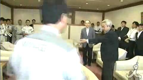 宮城知事の握手を拒否し、「知事は客より先にいろよ。自衛隊ならやるぞ」と宮城県知事に威張り散らした