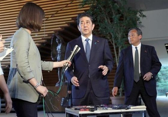 米朝首脳会談を受け記者団の質問に答える安倍晋三首相=12日午後、首相官邸(春名中撮影)