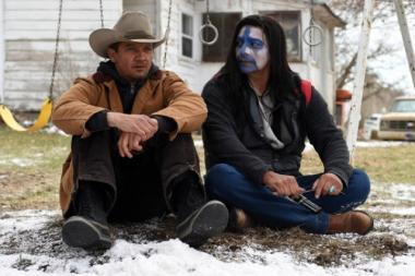 テイラー・シェリダン 『ウインド・リバー』 主人公のコリー(ジェレミー・レナー)と亡くなったナタリーの父親。先住民を演じるギル・バーミンガムがいい味を出している。