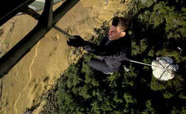 『ミッション:インポッシブル/フォールアウト』 トム・クルーズは実際にヘリにしがみつくアクションまでこなしている。写真を見るだけで恐ろしい。