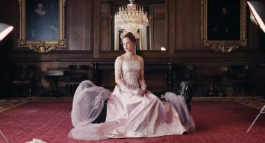『ファントム・スレッド』 ドレスを着たアルマ。優雅な場面には優雅な音楽が流れる。