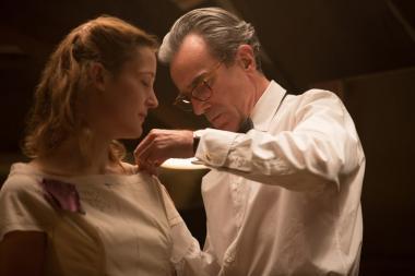 『ファントム・スレッド』 仕立て屋のレイノルズ(ダニエル・デイ=ルイス)はアルマ(ヴィッキー・クリープス)をモデルとして見初める。