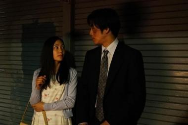 『孤狼の血』 新人刑事の日岡を演じる松坂桃李と、薬局の店員を演じる阿部純子。阿部純子は以前「吉永淳」という名前で『2つ目の窓』に出ていた人。