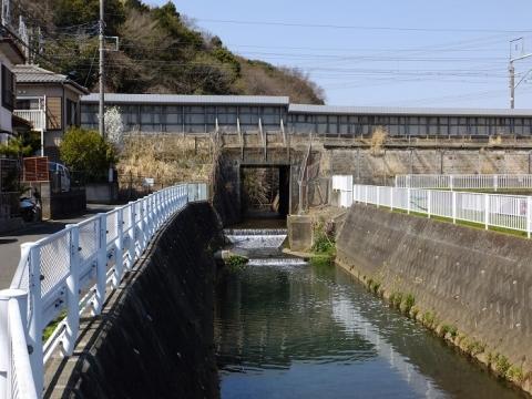 新幹線を潜る比留川