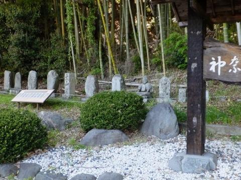 神奈川CC入口の石像群