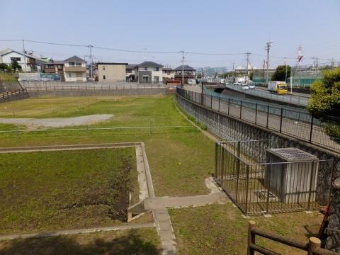 比留川の雨水調整池・市民スポーツセンター付近
