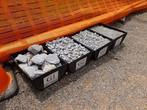建設工事中の八ッ場ダム・展望台に展示の骨材見本
