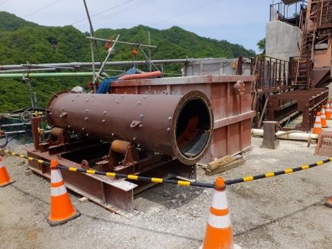 建設工事中の八ッ場ダム・生コンを送るパイプ