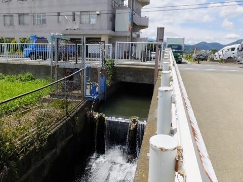 厚木市飯山の用水路・油圧式転倒堰