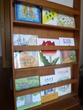 春の絵本棚