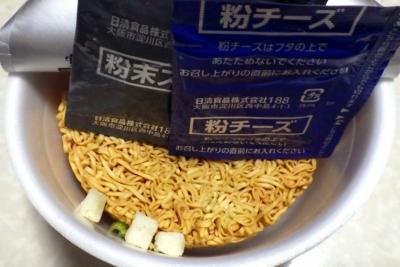 6/4発売 チキンラーメンどんぶり チーズカレー味(内容物)