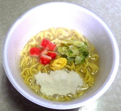 7/30発売 スーパーカップ1.5倍 バニラ風味のクリーミーシーフード味ラーメン(できあがり)