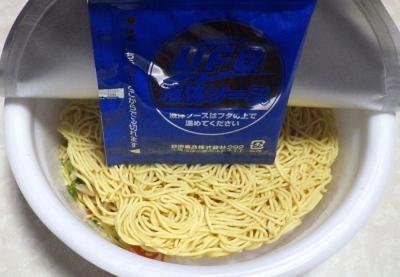 6/18発売 日清焼そば U.F.O. 濃い濃い海鮮うま塩焼そば(内容物)