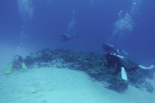 水納島 灯台下