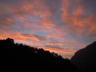 雨飾り山荘から夕方の空180727