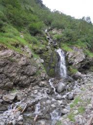 滝のように流れる水180804