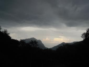 明日には山の間から日が昇るとの事