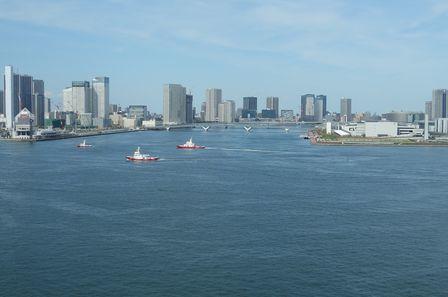 東京消防庁の船舶が隊列を作って航行