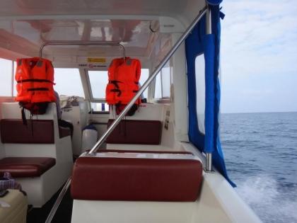 スピードボート船内