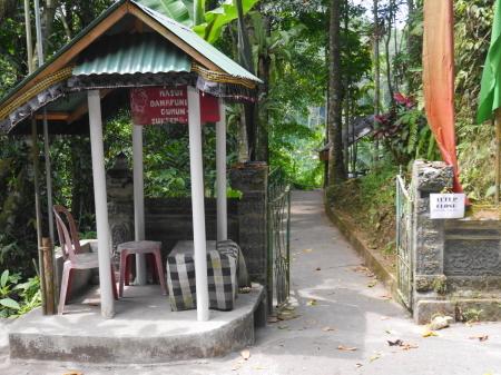 橋の手前の入り口