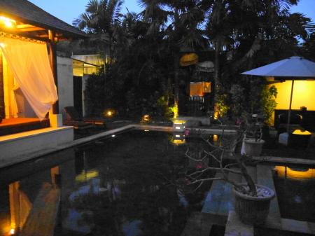 夕方の共有プール