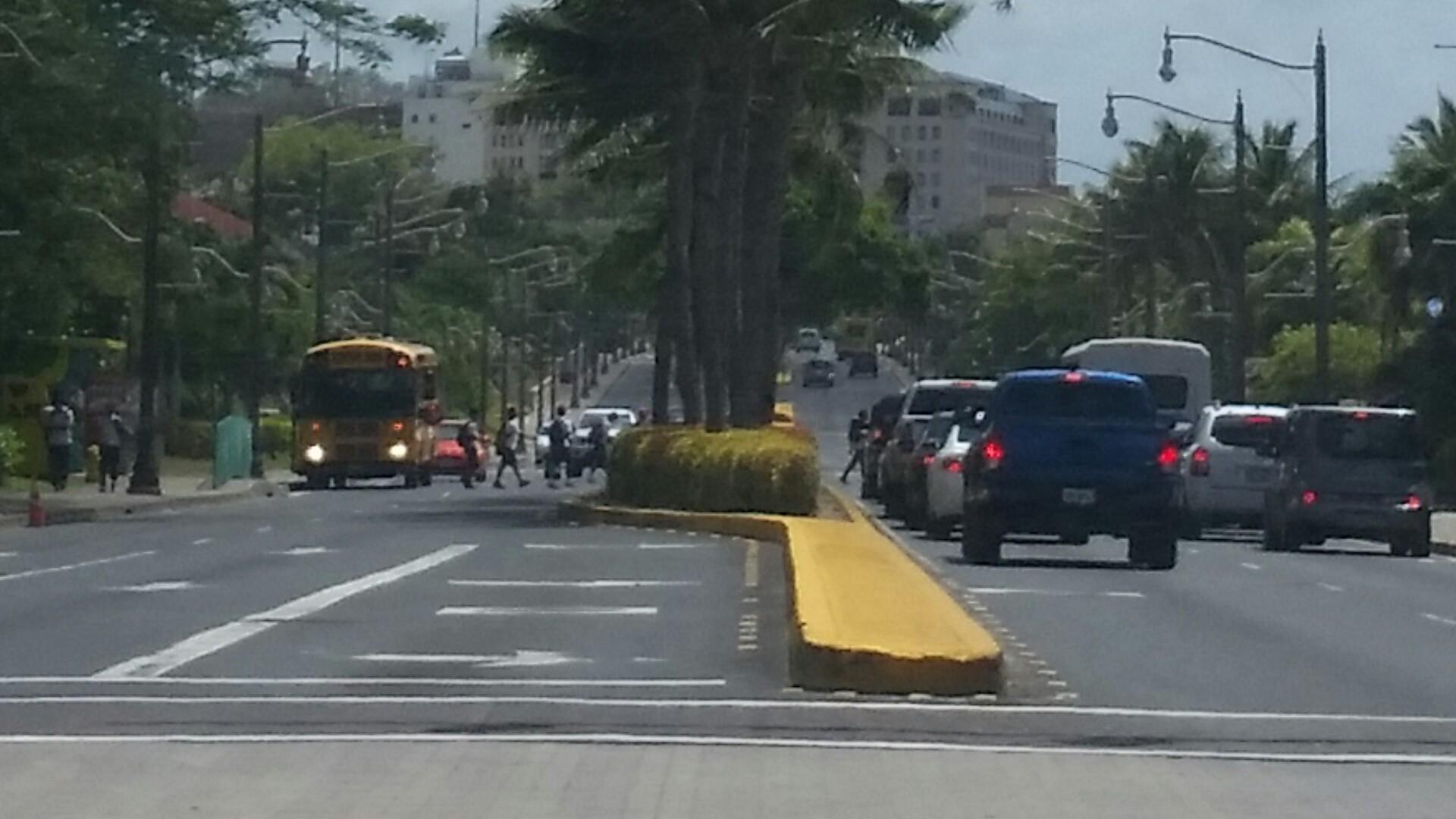 アメリカ グアム スクールバス 注意点 子供横断