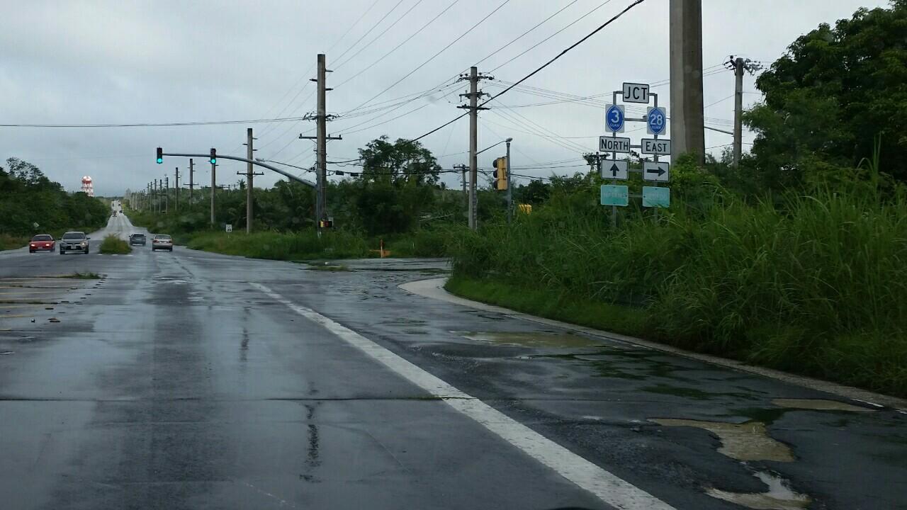 グアムの道路舗装でこぼこ