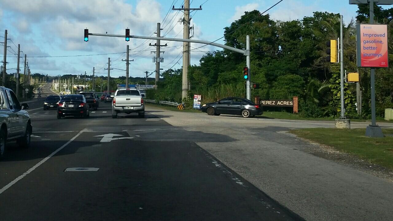 グアム道路の塗装はげて消えている