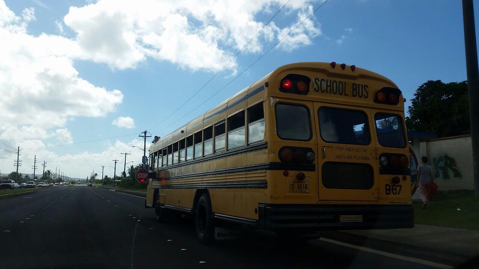 アメリカ グアム スクールバス 赤ライト